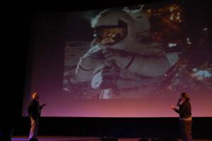 Charlie Duke popisuje svou činnost na měsíčním povrchu