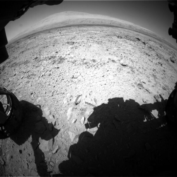 Sol 462 - kamera HazCam míří směrem k centrální hoře Mount Sharp (Aeolis Mons)