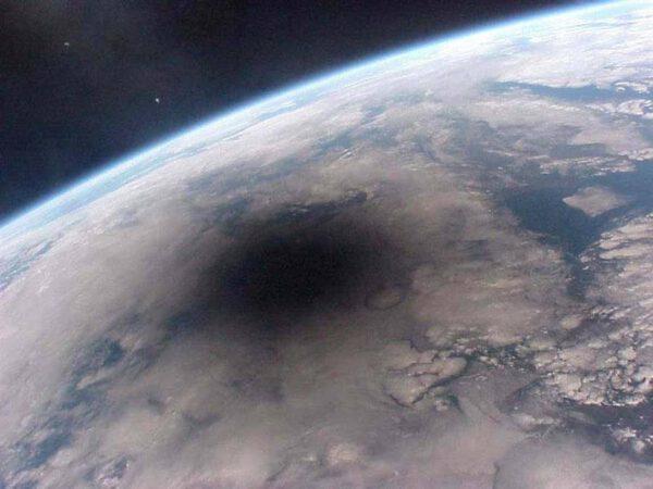 Cesta měsíčního stínu po zemském povrchu v srpnu 1999.