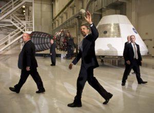 Prezident Obama po svém proslovu v Kennedyho vesmírném středisku v roce 2010.