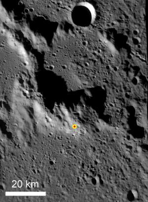 """Hora nedaleko lunárního severního pólu, na jejíž úbočí dopadly sondy GRAIL, nesoucí na palubě Sallyino """"dítě"""" – fotoaparáty MoonKAM. Od prosince 2012 nese čestný název """"Sally Ride Massif""""…"""