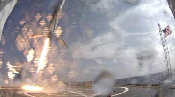 Záběr z kamery na palubě - stupeň klesá v náklonu, protože motor stále manévruje