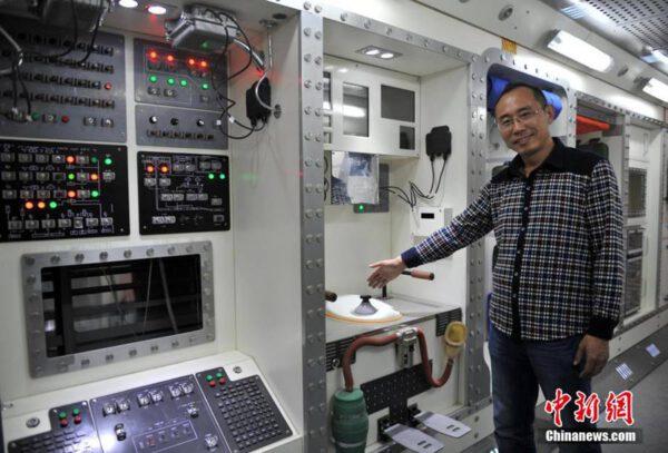 Vesmírný nadšenec Xu Weilong, který se podílel na stavbě stanice, představuje její interiér. Nechybí zde toaleta, systém na recyklaci vody, kabinky pro spánek, kuchyně, posilovna a další zařízení.