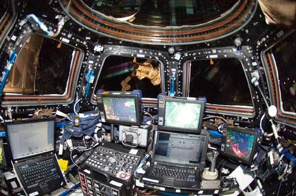 V den zachycení je v Cupole přichystána poměrně komplexní soustava monitorů a ovládacích prvků.