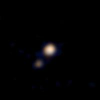 První barevný snímek trpasličí planety Pluto a měsíce Charon