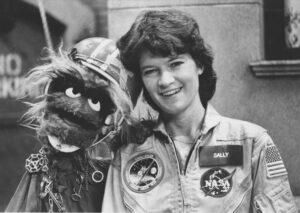 Jedna z mála příjemných povinností celebrity: Sally při natáčení Sesame street