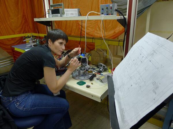 Použití multimetru ke kontrole obvodu.