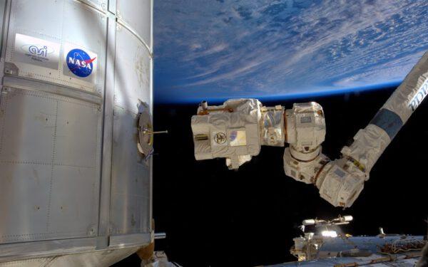 Robotická paže Canadarm2 těsně před simulovaným zachycením modulu Leonardo.