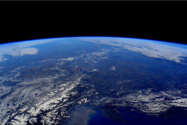 Česká republika vyfocená Samanthou Cristoforetti. Pokud máte problém se zorientovat, pohled na naši zemi směřuje z jihozápadu přes Alpy. Markantním orientačním bodem je kruh zasněžených pohoří kolem Čech v levé části snímku a dále Jihomoravská pánev mezi východními Alpymi a Tatrami.
