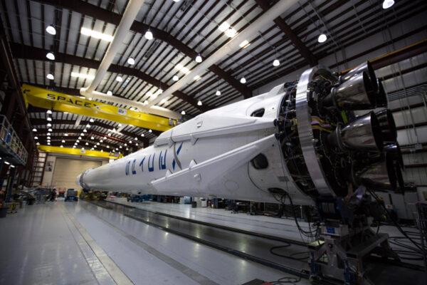 Raketa Falcon 9 připravená k misi CRS-6