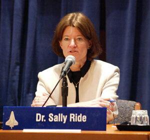 Sally během práce komise pro vyšetření katastrofy Columbie