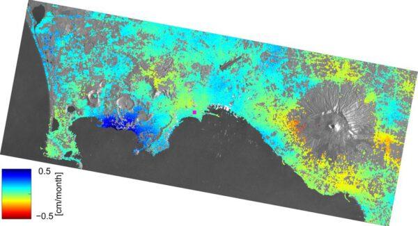 Monitorování okolí Neapole mezi loňským říjnem a letošním březnem ukazuje  změny ve výšce terénu - Sentinel je schopen zmapovat i změny v řádu milimetrů.