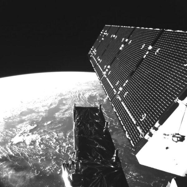 Palubní kamera krátce po dosažení oběžné dráhy ukázala, že radarová anténa i solární panely byly úspěšně rozloženy.