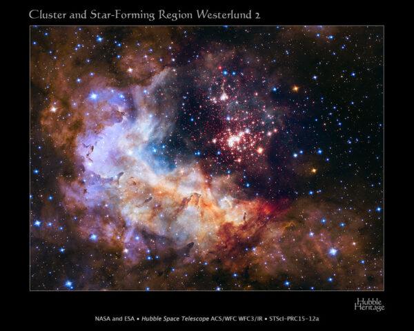 """Letošní výroční snímek HST, který NASA uvolnila teprve včera. Mladá hvězdokupa Westerlund 2 čítající na 3 000 hvězd nacházející se ve vzdálenosti 20 000 světelných let od nás z našeho pohledu v oblasti souhvězdí Lodního kýlu. Kupa se zformovala před necelými dvěma miliony let a obsahuje jedny z nejjasnějších a nehmotnějších hvězd v naší Galaxii. Jejich intenzivní ultrafialové záření doslova """"rozfoukává"""" oblaka vodíkového plynu."""