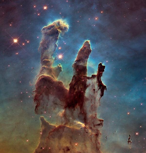 Přehlídku ikonických snímků Hubbleovy historie nemůže začít jinak, než snímkem Pilířů stvoření (M16). Na něm se totiž v nekonečných webových debatách shodli jak fanoušci, tak i personál HST. Každý z nich o délce světelného roku, ten největší z nich takřka 10 světelných let (100 bilionů kilometrů) rozlehlý. V nich probíhá intenzivní hvězdotvorba. Zajímavé je, že první snímek pořídil HST v roce 1995 a poslední loni, poté co byl upgradován palubní kamerový systém. Při porovnání snímků můžeme pozorovat dramatický vývoj útvarů. Příští generace už budou o tento krásný útvar ochuzeny
