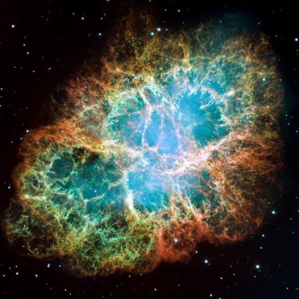 """Snímek Krabí mlhoviny (M1, NGC 1952 či Taurus A) se rovněž dostal do """"Top 10"""". Emisní mlhovina v souhvězdí Býka je pozůstatkem supernovy SN 1054, kterou poprvé zaznamenali čínští astronomové v roce, který se otiskl i do jejího (posledně uvedeného) názvu. Leží přibližně 6 500 světelných let od nás, dosahuje velikosti 11 světelných let, a zvětšuje se rychlostí asi 1500 kilometrů za sekundu."""