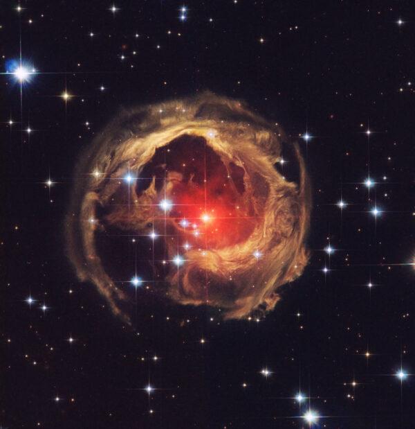 Když už jsme zmínili galaktické kupy, galaxie a mlhoviny, tak zakončeme naši krátkou přehlídku hvězdou. Ale zřejmě tou nejpodivnější a nejzajímavější, na kterou se HST ve své 25leté činnosti zaměřil. Je jí V838 Monocerotis - extrémně dynamický objekt, který zřejmě tvoří dvě hvězdy, jež pomalu spějí ke kolizi a tím se zrodí jedna hmotná a velmi nestabilní hvězda. Objekt je tak nestabilní, že při každém snímkování vidíme vývoj a pohyb v okolních oblastech, tento vývoj už byl několikrát rozpohybován animátory.
