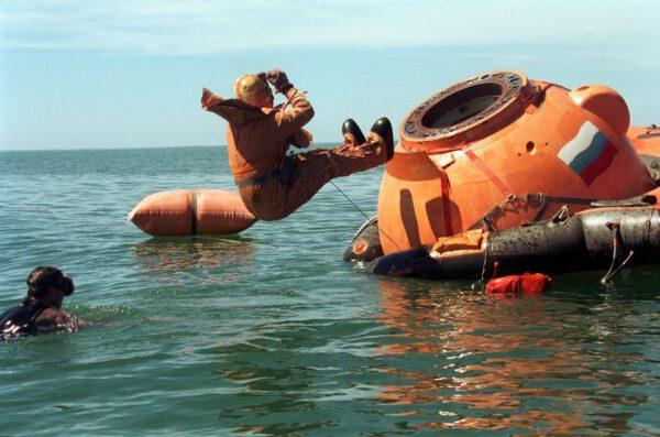 """Přistání lodi Sojuz do vody je sice součástí výcviku kosmonautů, ale jinak  je považováno za """"nouzi v nouzi""""."""