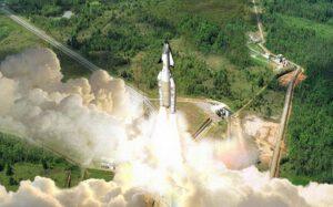 Jako první počítal s pilotovanými lety z Kourou raketoplán Hermes.
