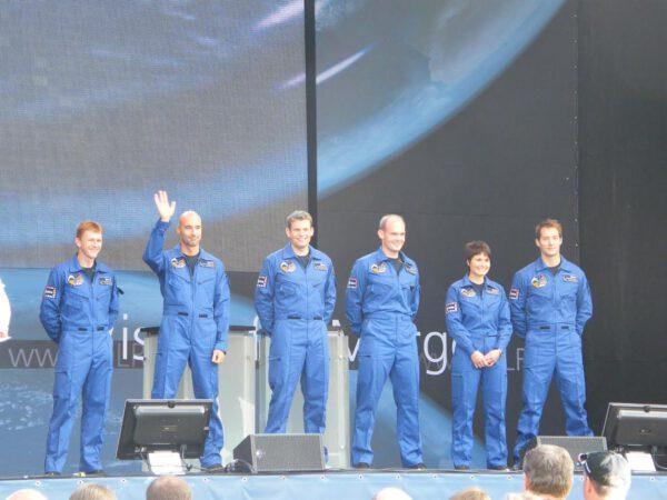 Kdo chce letět do vesmíru? Druhý pán zleva? Tak dobře... (První  veřejné vystoupení oddílu kosmonautů ESA v roce 2009 v Kolíně nad  Rýnem.)