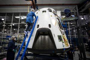 Příprava prototypu Dragon V2 na test záchranného systému; zkouška  byla původně plánovaná na prosinec 2013.