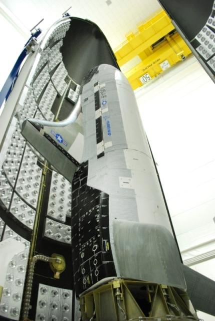 Ukládání miniraketoplánu X-37B pod aerodynamický kryt rakety Atlas V.