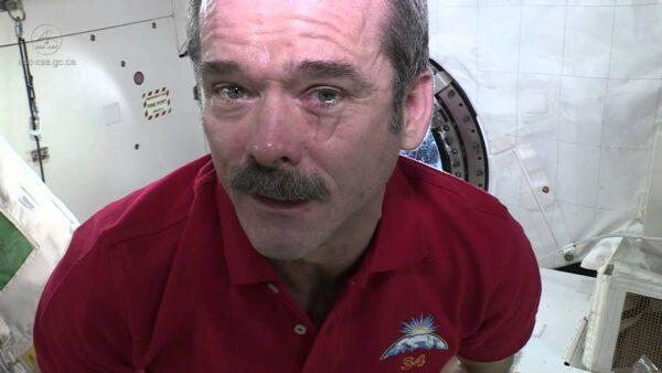 Kanadský astronaut Chris Hadfield předvádí další efekt stavu beztíže na oči. Slzy se člověku nezkutálí po tváři, ale vytvoří kolem oka vodní bublinu.
