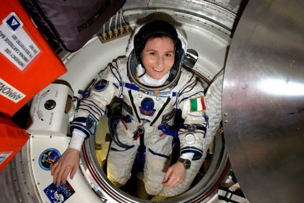 Oblékání skafandru Sokol poprvé po téměř šesti měsících kvůli zkoušce těsnosti před přistáním. Po tom, co jsem si zvykla na obrovský prostor vesmírné stanice, mi zabralo pár minut, než jsem se znovu přizpůsobila přecpanému prostoru v Sojuzu. Ačkoli… jsem ráda zpátky ve svém sedadle!