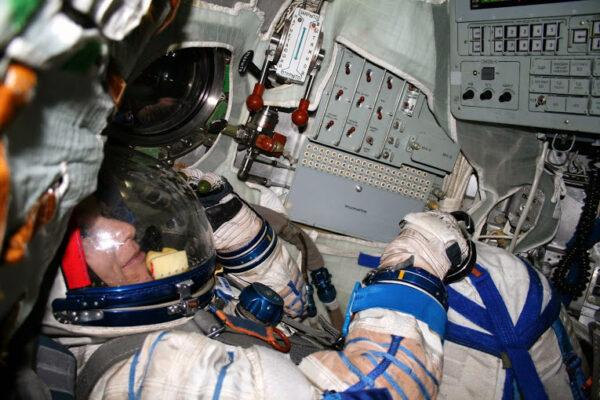 Vzduchové propojení se stanicí obstarávají dvě šedé hadice s modrými konektory u mého lokte.