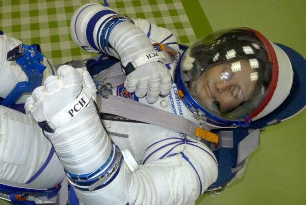Po dvou hodinách testování nafouknutého skafandru jsem konečně mohla otevřít vypouštěcí ventil.