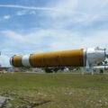 Prototyp stupně CBC rakety Delta IV, vlevo pak raketa Polaris.