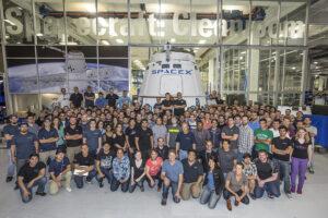 Zaměstnanci SpaceX před Cleanroomem zdroj: SpaceX