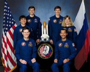 Posádka mise STS-60: (zadní řada zleva) Sega, Krikaljov, (střední řada) Chang-Diaz, Davis, (přední řada) Reightler, Bolden