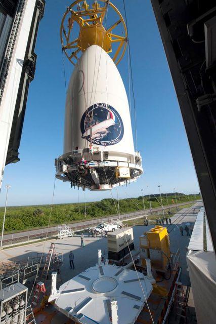Zvedání aerodynamického krytu i s raketoplánem uvnitř na špici nosné rakety.