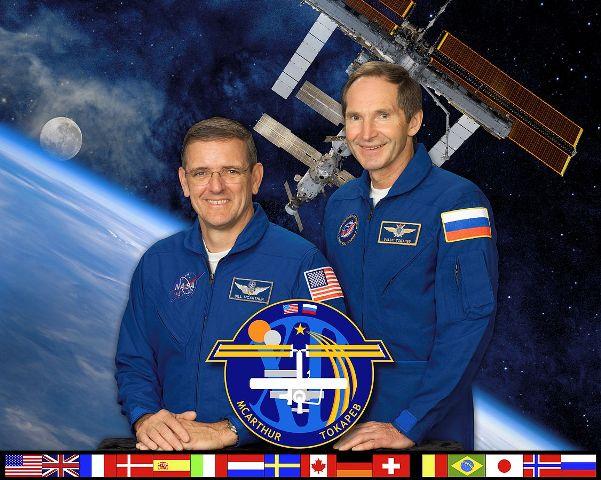 William McArthur a Valerij Tokarev, kteří byli posádkou 12. Expedice na ISS, se vrátili s poškozeným sluchem. V roce 2006 byla na ISS naměřena hladina zvuku dosahující 78 dB v modulu Zvězda, který byl tehdy hlavním pracovním prostorem, a 65 dB ve stejném modulu ale v kabinkách pro spánek. Ztráta sluchu je přitom možná při dlouhodobém vystavení prostředí s hladinou hluku už od 80 dB. Nebylo výjimkou, že posádky tehdy nosily špunty do uší. Od té doby však bylo učiněno mnoho protiopatření a vylepšení stanice a její hlučnost tak klesla.