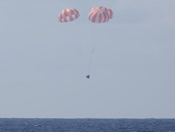 Dragon se snáší do oceánu z mise CRS-6