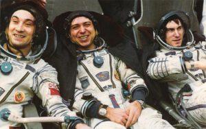 Šťastná posádka po přistání: (zleva) Poljakov, Volkov, Krikaljov