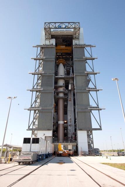 Kompletní sestava rakety a jejího nákladu ve Vertical Integration Facility.