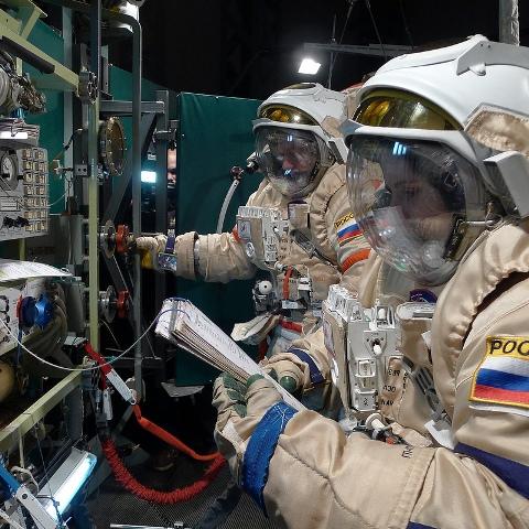 S kolegou Alexem provádíme operace v přechodové komoře.