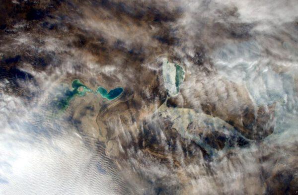 """""""Část Aralského moře vykukující skrze mraky během toho, co přelétáme nad Kazachstán."""""""