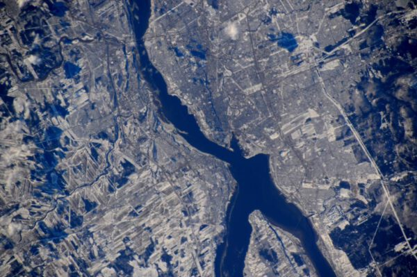 """""""Město Quebeck a Řeka sv. Vavřince jsou převlečeny do zimního kabátu. Historická čtvrť je součástí světového dědictví UNESCO."""""""