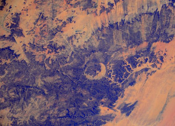 """""""Tato oblast byla svědkem vážné události zhruba před 350 miliony lety. Je to kráter Gweni-Fada v Čadu."""""""