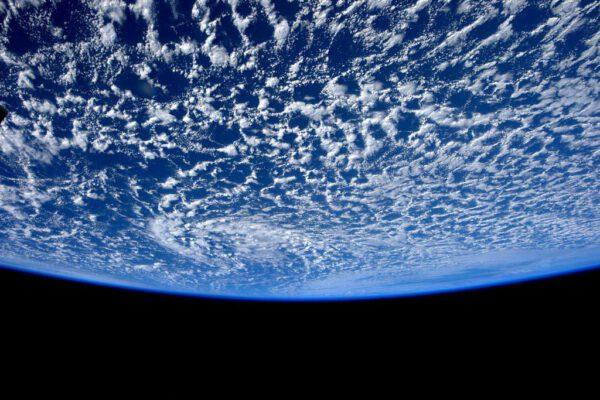 """""""Teď už je celá planeta v roce 2015! Štastný nový rok z vesmíru!"""" (foceno 1. ledna)"""