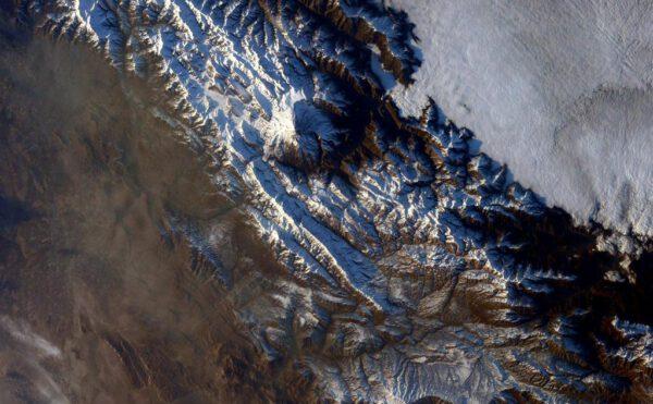 """Tak tohle je teda Damávand v Iránu. Je to nejvyšší sopka Asie a hraje významnou roli v perské mytologii."""