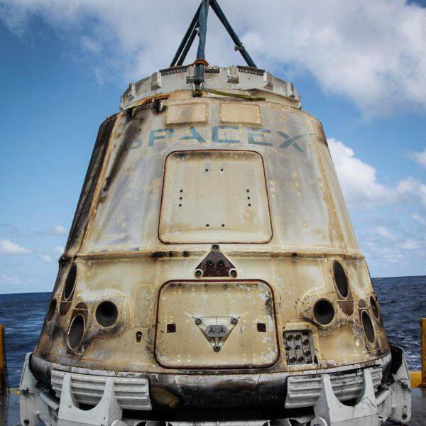 Dragon z mise CRS-6 po vylovení z oceánu po úspěšném přistání