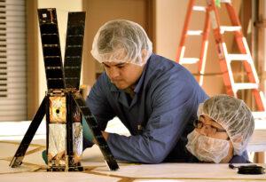 Technici Alex Diaz a Riki Munakata obhlížejí LightSail-1