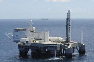 Sea Launch se skládá z vypouštěcí plošiny Odyssey (v popředí) a velitelské lodi Commander (vzadu).