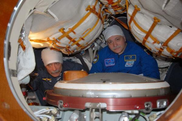Ruští kolegové kontrolují, je-li v novém Sojuzu všechno tak, jak má být.