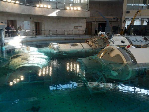 Repliky ruských modulů ISS jsou spouštěny do Hydrolabu.