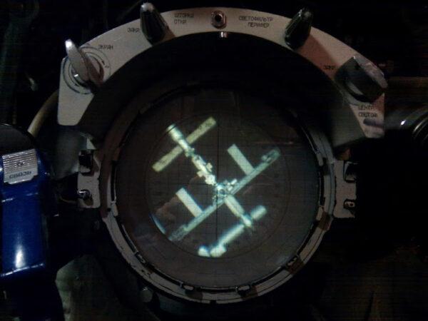 Pohled na ISS přes periskop Sojuzu.